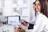 Jaki wpływ na obowiązek ubezpieczeń ma wysokość pobieranego przez pracownika wynagrodzenia?